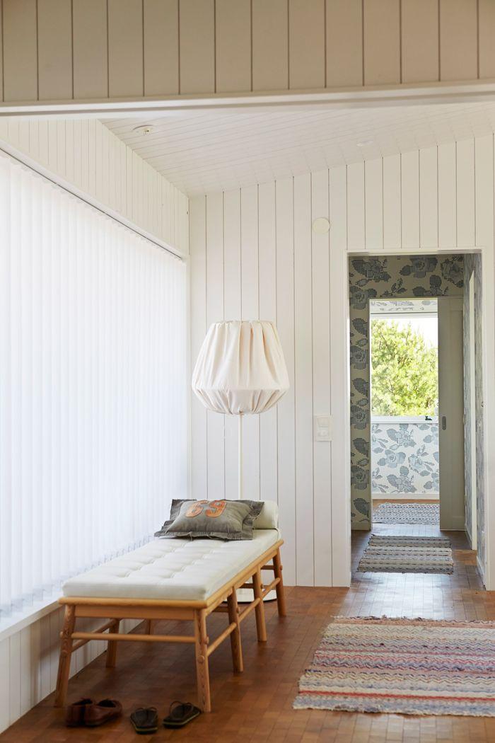 hall-träpanel-golv-av-ändträ-trasmattor-foto-magnus-anesund