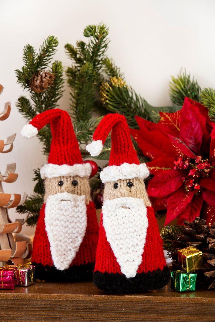 ¡Forme un ejército de duendes de Santa para decorar cada rincón de su casa! Estas curiosas criaturas navideñas son muy fáciles de tejer ya sean con forma plana o redonda.