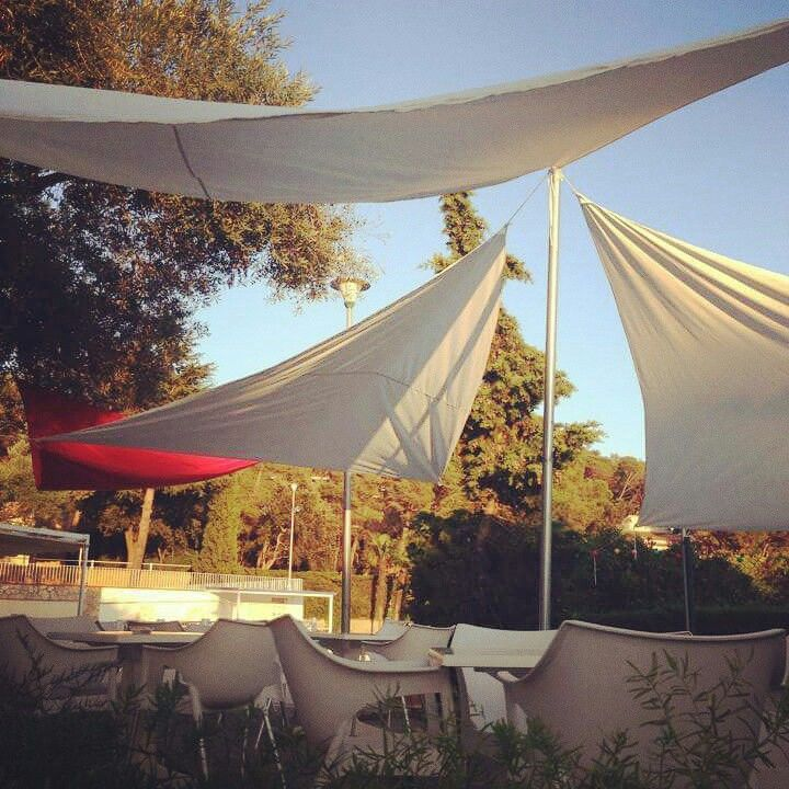 "Kim's Camping Bar-Restaurante ""Toc de Sal"" - terraza en la piscina #kimscamping #turismoenfamilia #costabrava #llafranc #palafrugell"