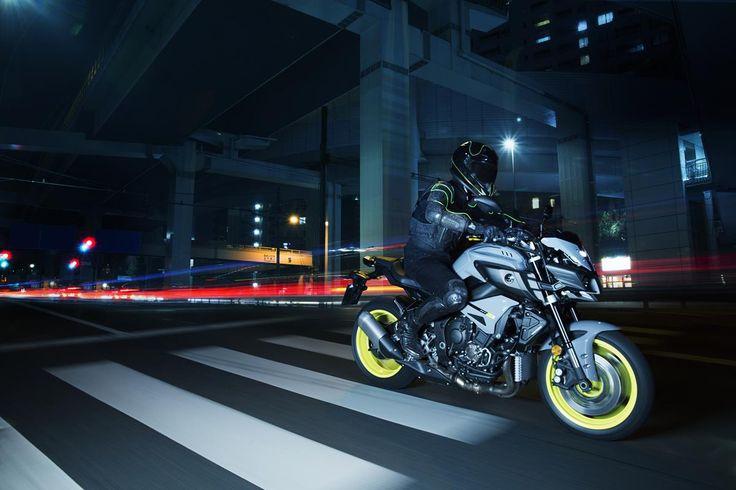 """Dinamik görünümü öne çıkaran çarpıcı renkler, zengin torklu 4 silindir """"CP4"""" çapraz motoru, ödüllü YZF-R1 tasarımından esinlenerek geliştirilen kompak ve hafif şasi... MT-10, benzersiz teknik özellikleriyle üstün gücü ayağınıza getirir. #Yamaha #mt10 #revsyourheart #yamahatürkiye #motosiklet"""