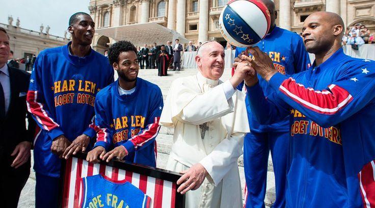 El Papa Francisco se divirtió esta mañana con un grupo de baloncesto …   – P… – Revista