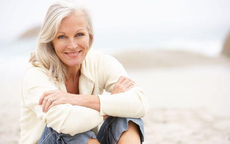 Wanneer we praten over ouder worden, richten we ons meestal op de huid. We praten over de donkere vlekken en rimpels die verschijnen en over huidverzorgingsproducten die de veroudering zouden