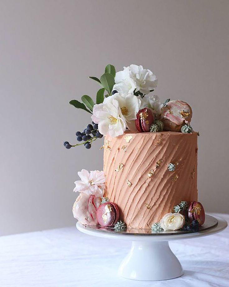 10 Wedding Trends Here to Stay.....LOVE THE GOLD FLECKS IN THE ICING AND ON THE COOKIES