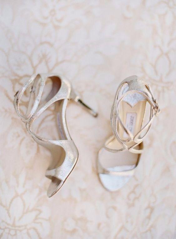 Sandalo con dettagli sul collo del piede di Jimmy Choo di color argento. Eleganti scarpe da sposa.