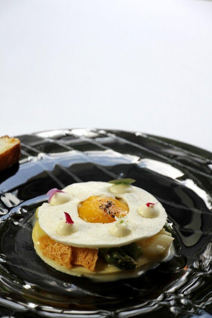 La recette du week-end : OEuf sur le plat corrigé par Laurent Saudeau - Entrées Recettes -  OEuf sur le plat corrigé aux asperges vertes de Roques Hautes par Laurent Saudeau chef du Manoir de la Boulaie  Pour 4 personnes Ingrédients :   4 oeufs fermiers  12 asperges vertes du Domaine de Roques Hautes (26 )  70 g de parmesan  50 g de beurre  50 g de farine  4 pétales de tomates confites  Meringue   150 g de blanc doeuf  10 g de blanc doeuf déshydraté  20 g de sucre  45 g de xantane  120 g de…