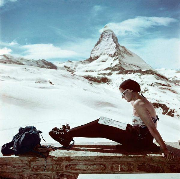 Capa Capa : Suisse 1950 sunbathing in front of the Matterhom