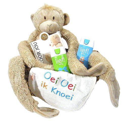 Kraamkado met hanging Monkey  Dit kraamkado is uniek en alleen verkrijgbaar bij Flowerservice.nl.Wij stellen onze kraamkado's zelf samen en bezorgen het op ieder door u gewenst adres in Nederland. Belgià of Luxemburg. Deze kraammand is zeer geschikt als u de smaak van de ouders niet weet. De kraammand is geschikt voor zowel een jongen als een meisje. Leuk om te geven en heel leuk om te krijgen voor zowel ouders als baby. We hebben deze stevige royale rieten mand (235 x 27 x 19 cm) gevuld met…