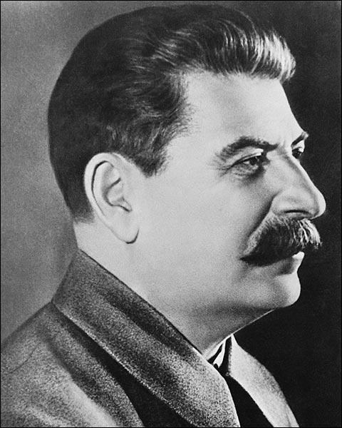 Stalin ge boren in 1878 in 1922 kwam treed hij bij de Sovjet Unie en in de Tweede Wereldoorlog wou hij graag de leider van Duitsland te verslaan met andere landen oa Amerika Engeland Frankrijk en Canada  in 1952 treed hij af en een jaar later overleid hij op 5 maart 1953