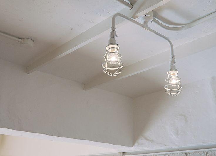 #リノベーション #白 #照明 インダストリアルで無骨なフォルムの照明も、ホワイトカラーになると少し柔らかな印象に。
