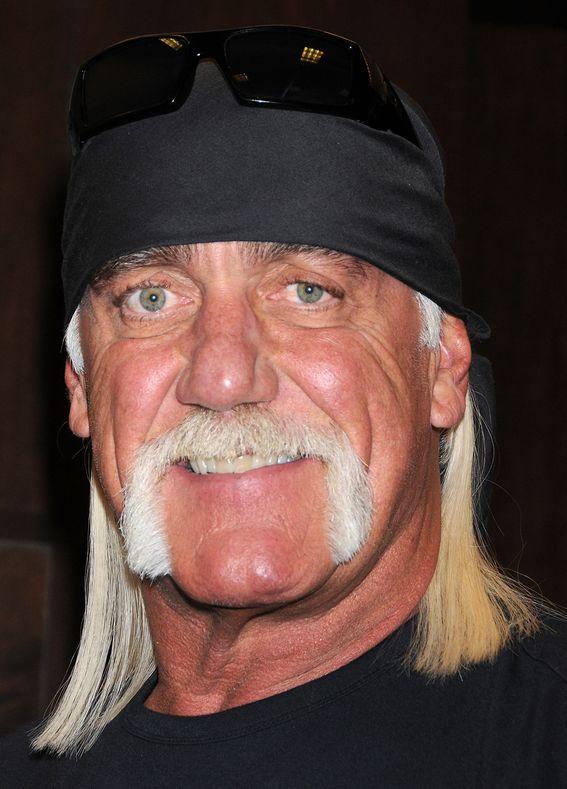 """Hulk Hogan 11-08-1953 Amerikaans acteur en professioneel worstelaar. Hogan wordt wel eens verweten om alleen maar voor het geld te worstelen. Hij weigert steevast te verliezen, ook al betekent dit een hele rompslomp. In zijn latere worsteljaren heeft hij toch enkele wedstrijden verloren. Onder andere van """"The Undertaker"""" en van """"The Ultimate Warrior"""". Tevens is Hulk Hogan de een van de weinige worstelaars die ooit André the Giant versloeg.   https://youtu.be/-Yd2CSFXtGk"""