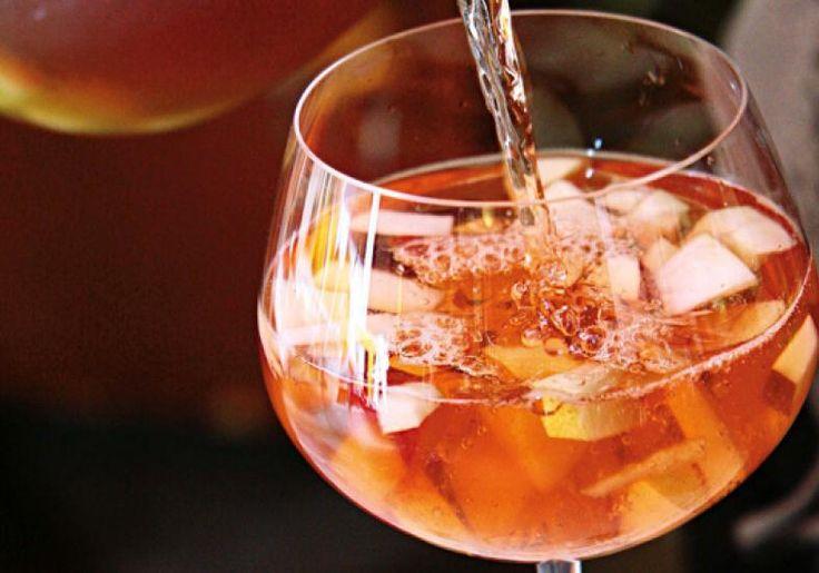 A sangria de vinho tinto é uma bebida tradicional do verão, com muitas frutas e gelo para refrescar o paladar.