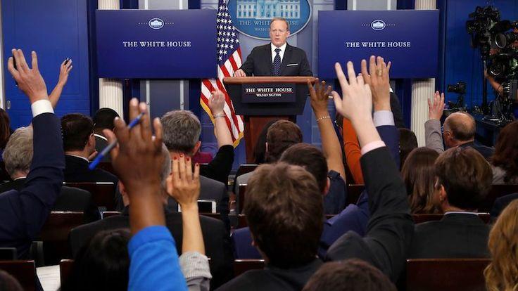 Esta semana la Casa Blanca prohibió que los medios trajeran cámaras a una rueda de prensa y que transmitieran audio en vivo de la sesión tres veces. Considerando que se han emitido en televisión estas ruedas de prensa de forma regular durante más de dos décadas — bajo los mandatos de presidentes republicanos y demócratas — la política actual de la administración del Presidente Donald Trump es muy sorprendente.
