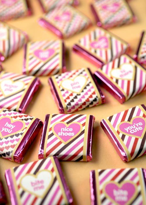 Chocolatinhos fofos com tutorial. Ótima ideia para lembrancinha de chá de panela, né? Via http://www.bakerella.com/