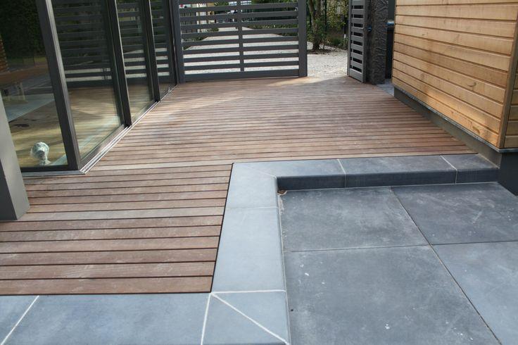 Un mélange de bois et de dalle pour cette terrasse cours - Dalle De Beton Exterieur