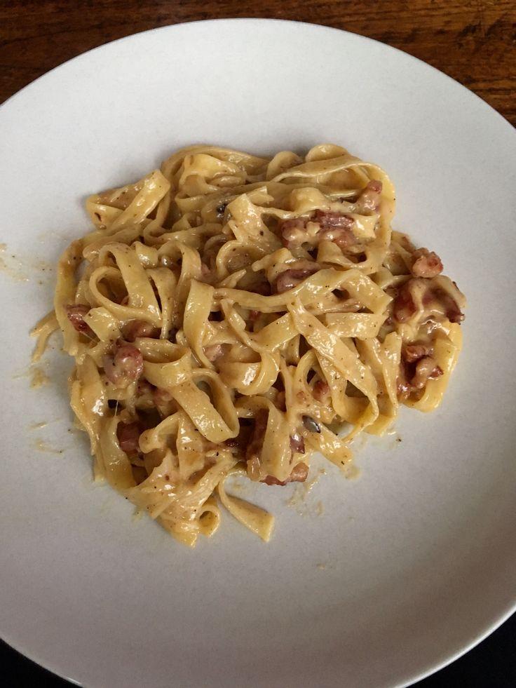 Pasta Carbonada Recept voor 6 personen  Ingrediënten: - 500 gram pasta - 6 eieren  - 1 pakje slagroom - Geraspte kaas - Pakje Spekjes - Ui  Kook de pasta in een pan met olie en zout. Snij de spekjes en uitjes en fruit deze tot de spekjes licht krokant worden. Voeg de eieren met het slagroom toe bij de spekjes en uitjes.  Zet het vuur laag zodat het niet gaat stollen. Zodra de saus mat gekleurd is, is hij goed. Giet de pasta af en meng dit met de saus, voeg hier de kaas, peper en zout aan…