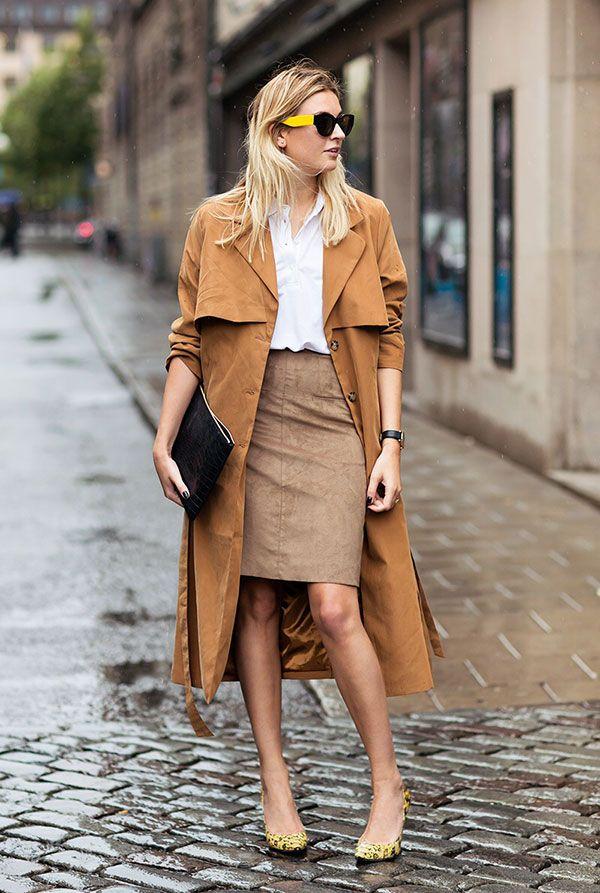 Look em tons de marrom com saia lápis nude e casaco sobretudo caramelo