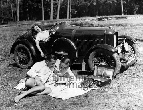 Ausflug mit dem Auto, 1930. Timeline Classics/Timeline Images #Pause #Rast #Autoreise #Landkarte #Nickerchen #Schlafen #Ausflug #Reise #Oldtimer