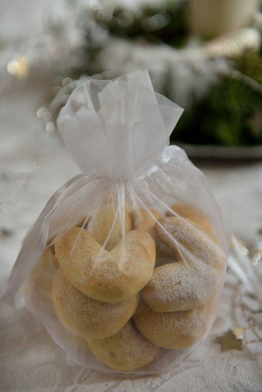 Когда в давнем 2011 году, я начинала печь печенье, то даже не подозревала, что втянусь и это станет одной из предновогодних традиций. Как покупка и установка…