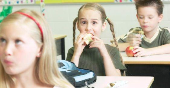 Bologna: a scuola frutta al posto delle merendine. Ma i genitori insorgono