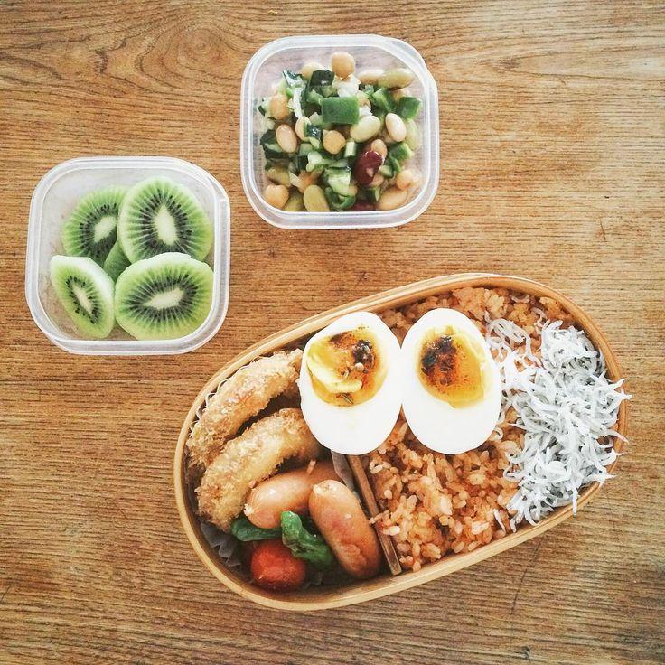 今日のお弁当 / プチトマトとししとうとウィンナーのジリジリ焼き、イカフライ、トマト缶とオイルサーディンの炊き込みご飯、しらす、ゆで卵(富山コンカリーがけ)、お豆サラダ、おまけはトマトとオクラのエスニックスープ、キウイ、トラピストクッキー3枚、白湯 / すでに湿気で滝汗な朝。 #今日のお弁当 #lunchbox #曲げわっぱ #わっぱ #bento #obento #サラメシ #旦那弁当 #お弁当 #お弁当の人 #VSCOcam