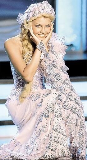 Платье невесте шьет известный американский дизайнер Майкл Корс, а для гостей скорее всего споет Селин Дион.
