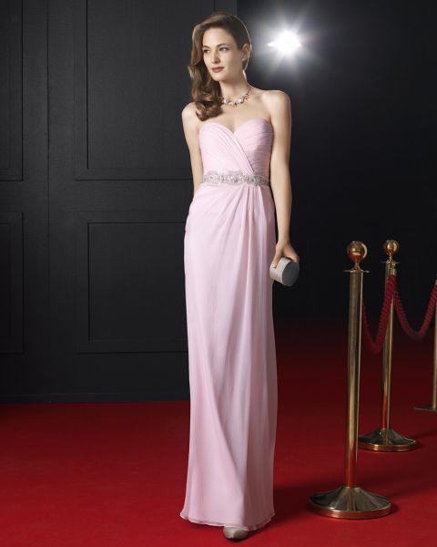 Vestido 8T260 Rosa Clará Fiesta 2015 rosa pálido con cinturilla brillante, escote en forma de corazón cruzado y drapeado en la falda.