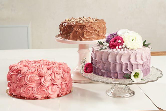 Wenn der nächste Geburtstag ansteht oder du eine besondere Torte für eine Baby-Shower machen möchtest, darf die berühmte amerikanische Buttercreme darauf nicht fehlen! Durch ihre feste Konsistenz ist sie ideal für die Tortendekoration. Makerist-Trainerin Sarina Roscher zeigt dir, wie einfach du die vielseitig Creme selber machen kannst!