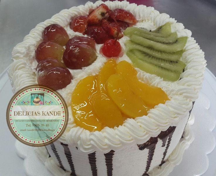 Pastel de yogur, relleno premium fresa-chia, cubierto de chantilly y frutas!