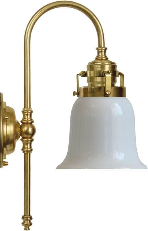 Badrumslampa Blomberg 60 i mässing med skärm av opalvitt glas - klassisk vägglampa för badrum. Välkommen in till Sekelskifte och våra lampor i klassisk stil!