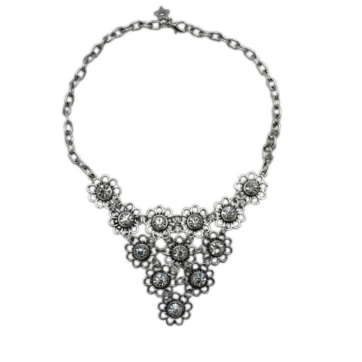 Fräckt kort halsband med utskurna blommor och stenar
