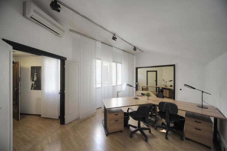 Open space con sei postazioni lavoro