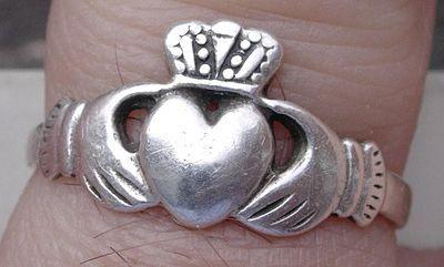 El anillo de Claddagh tiene su origen hace 300 años en una antigua aldea pesquera en Claddagh, a las afueras de la ciudad de Galway, en la costa oeste de Irlanda, donde por primera vez fue fabricado y diseñado en el siglo XVII.1 Se entrega como símbolo de noviazgo, amor o como anillo de compromiso.
