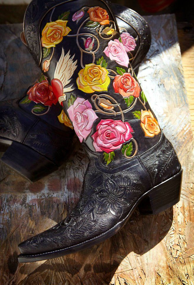 La Reyna Floral, custom boot, Rocketbuster...I beg your pardon, I WANT SOMEONE TO PROMISE ME A ROSE GARDEN LIKE THIS ONE!