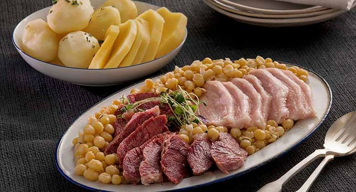 Erter, kjøtt og flesk Erter kjøtt og flesk er norsk mat med lange tradisjoner og masse smak. Ofte er det de lokale tradisjonene som avgjør hva slags kjøtt som brukes – det kan like gjerne være salt lammekjøtt som svinekjøtt. 900 g salt storfekjøtt700 g lettsaltet sideflesk2 stk gulrot1