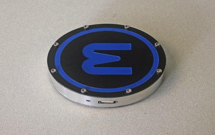 One Puck è un dischetto delle dimensioni di un sottobicchiere, che ricava energia dal caldo e dal freddo e, tramite cavo USB, la trasferisce al vostro cellulare. Così un tazza di tè caldo, un cappuccino bollente o una candela, appoggiati sul lato giusto del dispositivo (quello rosso), azionano le turbine all'interno del disco e generano elettricità. Lo stesso fanno le bevande refrigerate e il ghiaccio, se appoggiati invece sul lato azzurro.