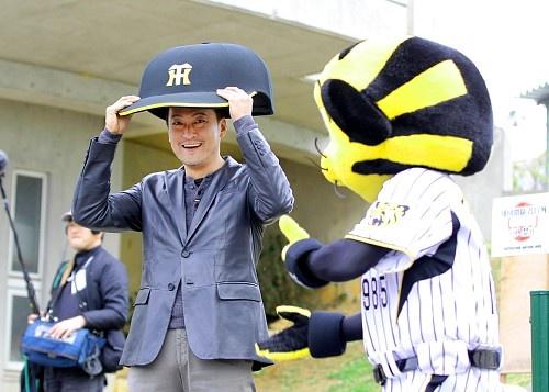 4日、沖縄・宜野座の阪神キャンプを訪れ、トラッキーの帽子をかぶり、にこやかな渡辺謙