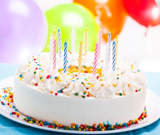 Kolorowy tort urodzinowy ze śmietaną i świeczkami :)