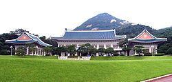 A Casa Azul (청와대 - Cheong Wa Dae) é um complexo de edifícios, em estilo arquitetônico coreano tradicional com alguns elementos modernos, onde estão localizados o escritório executivo, residência oficial do Chefe de Estado sul-coreano e do Presidente da Coreia do Sul.