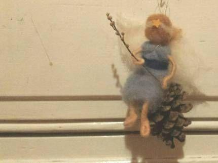 Engel schaukelt auf Zapfen #Waldorf #Weihnachten #filz