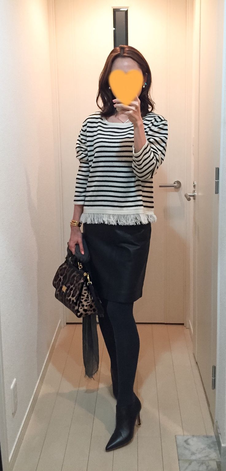 Striped tops: United Arrows, Leather skirt: MACKINTOSH PHILOSOPHY, Leopard bag: Dolce&Gabbana, Boots: Fabio Rusuconi