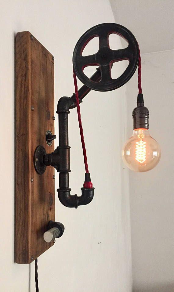 Applique stile vintage industriale in tubi idraulici e legno vecchio con cavo rosso a treccia in tessuto puleggia in mdf, possibilità di averla con cavo di discesa per arrivate alla presa di corrente e dimmer per regolazione intensità luminosa. Misure:  Base legno 48x14 Ingombro 48x14x25  Le misure variano da lampada a lampada visto che sono totalmente eseguite a mano.  Tempo di esecuzione dallordine circa 10 giorni.