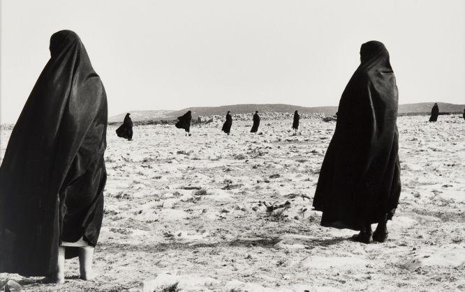 Shirin Neshat, Serie Éxtasis,1999. Afincada en Estados Unidos, la artista iraní Shirin Neshat reflexiona sobre su identidad cultural a través de la piel y el cuerpo.