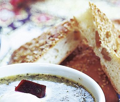 Nane barbari är ett persiskt valnötsbröd som du smaksätter med bland annat sirap och valnötter. Brödet penslas med yoghurt, vatten och sesamfrön innan gräddning vilket ger en knaprig yta som får vacker färg.