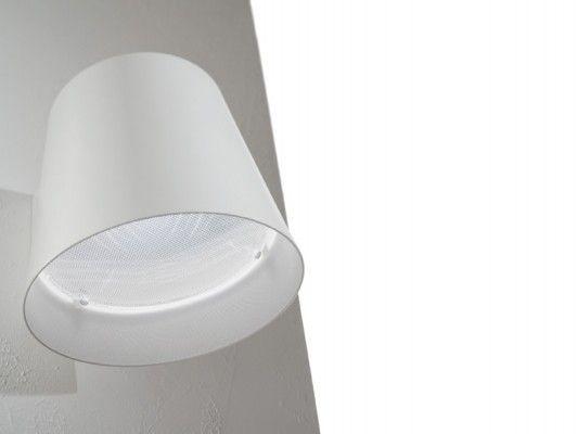 Jetzt bei Desigano.com Amak LED Wandleuchte 1L Leuchten, Wandleuchten von LUCENTE ab Euro 298,00 € LED Wandleuchte AMAK von Lucente mit Design von R&S Cornelissen. Amak ist eine kegel-förmige Aluminium-Leuchte. Die Oberseite der Leuchte hat einfache Detailausschnitte, die das lineare Design der Lampe mit einem klugen, unverwechselbaren Touch verbessern. Finishes sind matt weiß innen / außen lackiert und mattschwarz außen / matt weiß innen. Transparenter prismatischer Diffusor in der Basis.