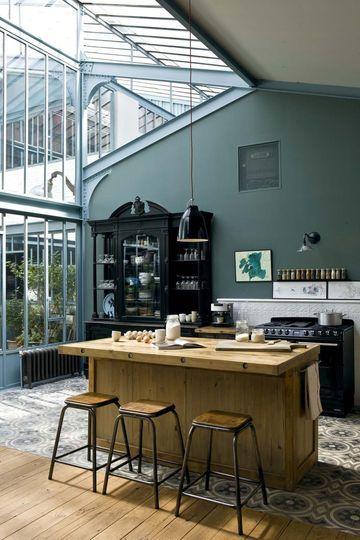 Ouverte, la cuisine bénéficie d'une belle luminosité apportée par la verrière au style industriel.