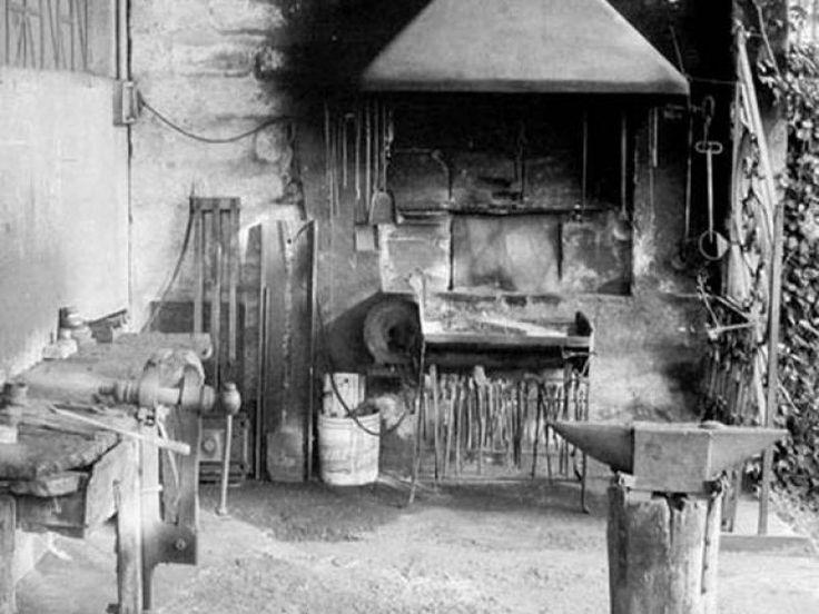 L'interno della bottega del fabbro.