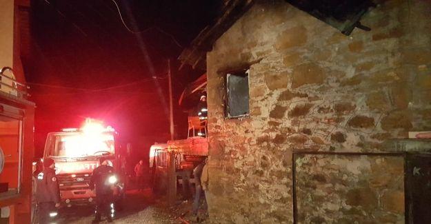 Antalya'da ev yangını: 1 ölü Antalya'nın Manavgat ilçesinde ahşap bir evde çıkan yangında, yalnız yaşayan yaşlı adam hayatını kaybetti. http://feedproxy.google.com/~r/dosyahaber/~3/uH06byCCjQE/antalyada-ev-yangini-1-olu-h11320.html