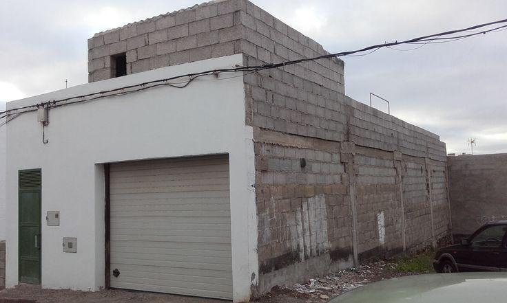 Garaje en parcela de 160m2 edificable, con licencia para construir hasta dos plantas más.