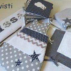 Ensemble complet gris et blanc pour chambre bébé: tour de lit, gigoteuse,housse matelas à langer et couverture. motif étoile