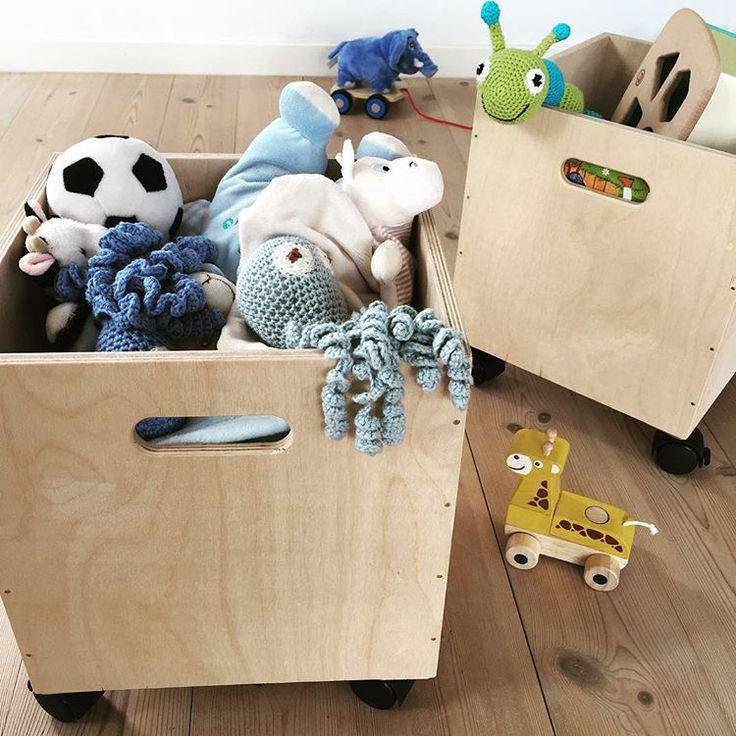 #INDRETNINGSTIP Oprydningen er hurtigt klaret, og ham den lille synes også det er sjovt at skubbe sit legetøj med derhen, hvor han gerne vil lege Så gør det faktisk ikke spor at have legetøj i stuen.. #børn #legetøj #opbevaring #trækasser #trækasserpåhjul #opbevaringskasser #børneværelse #stue #hjem #bolig #boligindretning #inspiration #trævarefabrikernesudsalg